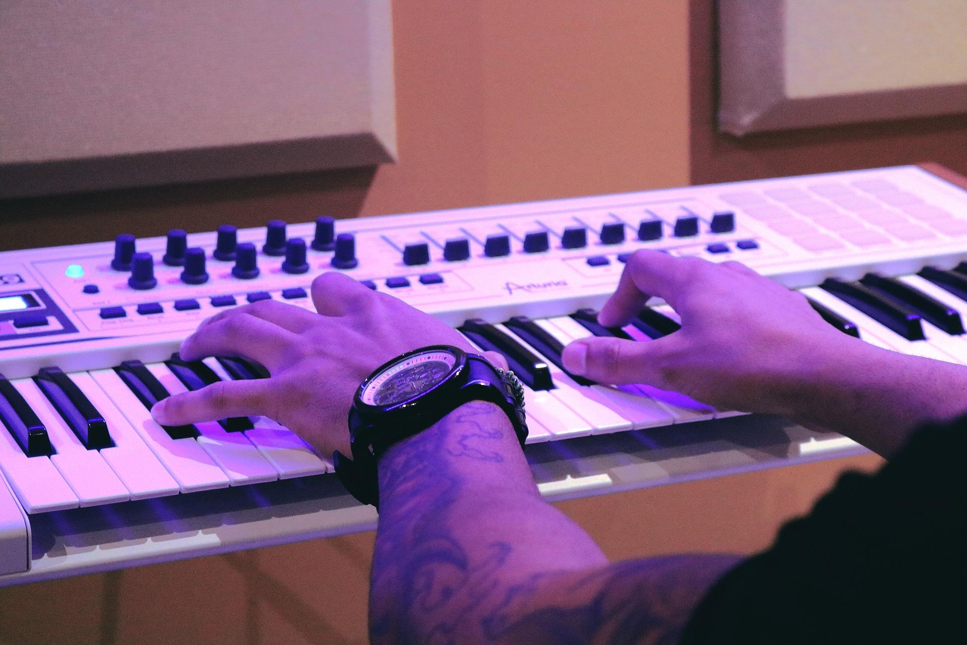 Lån til et keyboard nu og bliv en stjerne